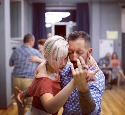 Танго: искусство танцевания в объятиях.